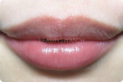 увлажненные бальзамом губы
