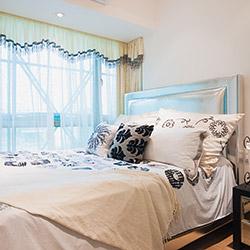 Декор спальни: шторы, покрывало, подушки